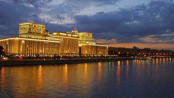 timelapse da sede do ministério da defesa da rússia, no dique de frunzenskaya, em Moscou video