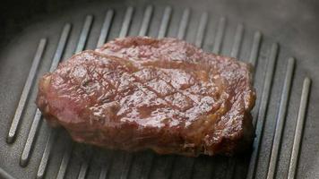 a carne está fritando na frigideira. video