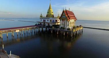 Vue aérienne du temple de wat hongthong destination de voyage importante à samuthprakarn thaïlande video