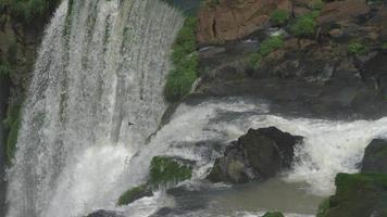 cascate di iguazu durante un'estate, ripresa ravvicinata delle catarate più grandi del mondo, brasile - argentina. metraggio della macchina fotografica del cinema rosso