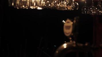 bar stand del club retrò vuoto. microfono da concerto sul palco sotto i riflettori