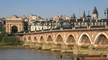 il ponte di pietra a bordeaux con i tram