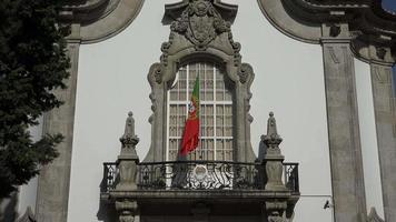bandeira portuguesa na embaixada de portugal