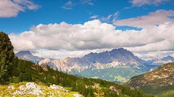 belle nuvole sopra una valle di montagna. lasso di tempo uhd video