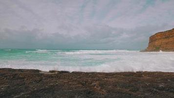 onde dell'oceano in arrivo sulla spiaggia di pietra video