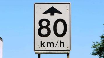 sinal de limite de velocidade, sinalização de tráfego em rodovias, branco video