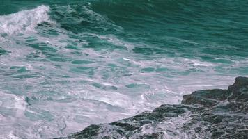 onde dell'oceano che si infrangono sulla roccia video