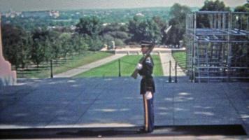 washington dc 1951: guarda militar nas marchas do cemitério nacional de arlington. video