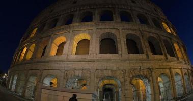 beleuchtetes Kolosseum in Rom bei Nacht