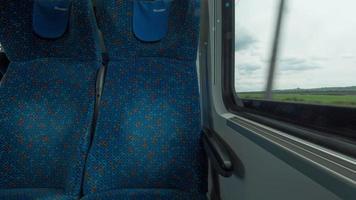 Disparo de lapso de tiempo dentro del moderno vagón de tren vacío con mesa, asientos y ventanas, Viena, Austria video