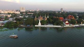 Barco en el río Chaopraya Pathumthani afueras de Bangkok, Tailandia