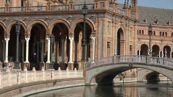 turistas no palácio real com ponte e canal video