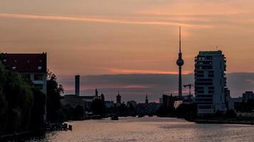 soirée parfaite à la nuit timelapse de berlin via la rivière spree