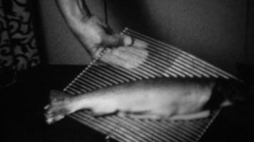 1939: filetto di salmone intero su griglia di cottura al forno.