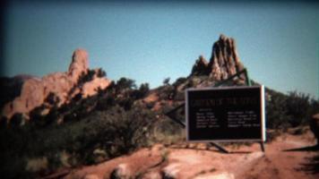 1972: cartello d'ingresso al parco del giardino degli dei in una giornata blu brillante.