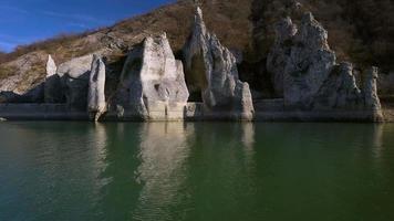 prachtige rotsen en meer bulgarije, luchtvideo