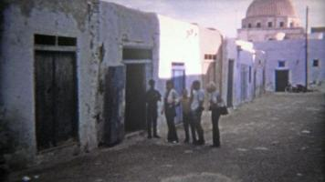 tunis, tunísia 1972: parte antiga da cidade velha marroquina da cidade portuária. video