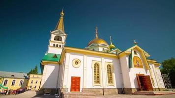 Rusia día soleado ciudad de novosibirsk pequeña iglesia 4k lapso de tiempo