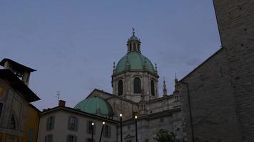 Italia estate crepuscolo cielo como città principale cattedrale superiore tetto anteriore panorama 4K video