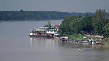 Kreuzfahrtschiff am Flussufer festgemacht video