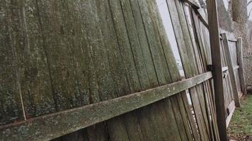 ângulo lateral da cerca antiga mova para dentro e para fora video
