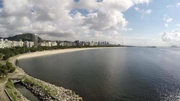 Vista aerea della baia de guanabara e della spiaggia di flamengo a rio de janeiro, brasile
