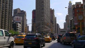 Estados Unidos nueva york día de verano tráfico calle edificio de hierro plano hasta la parte superior 4k