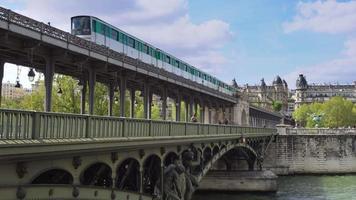 paris, metrô aéreo no pont de bir hakeim video