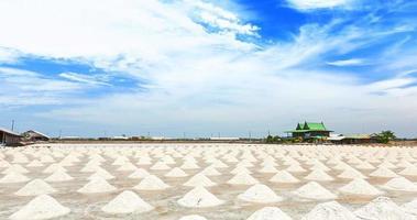 Haufen Meersalz in Salzfarm bereit für die Ernte