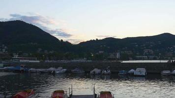 Italia estate crepuscolo famoso montagna como lago baia panorama 4K