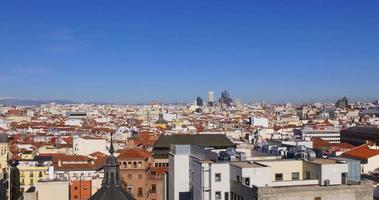 Spagna madrid giornata di sole vista panoramica sulla città dal tetto 4K video