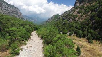 hermosa naturaleza, árboles, montañas y nubes. capturado por drone cam video