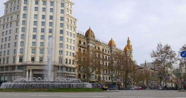 cidade de barcelona rua principal fonte de luz do dia rotatória 4k espanha video