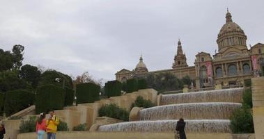 dia nublado fonte do palácio real de barcelona lado frente 4k espanha
