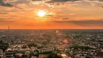 horizonte perfeito hiper lapso aéreo de Berlim com belo pôr do sol no verão no entardecer. video