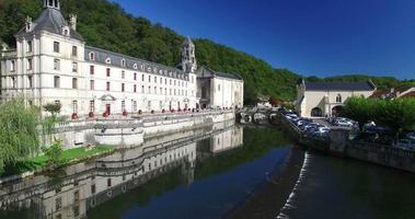 Vue aérienne de l'abbaye bénédictine de Brantôme et de la rivière