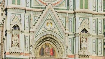 primo piano della basilica di santa maria del fiore a firenze