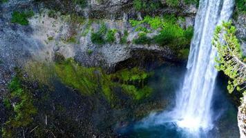 natürlicher Bergwasserfall, Moosfelsenwand, Ansicht von oben nach unten