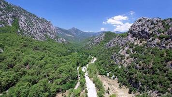 naturaleza, montañas y cielo, video aéreo 4k capturado con cámara de drones