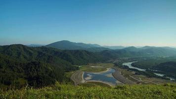 vista panorâmica do vale altai, montanhas e rio kutun em altai, rússia video