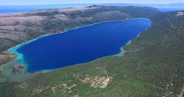vista aerea del lago di vrana, il lago più grande della croazia