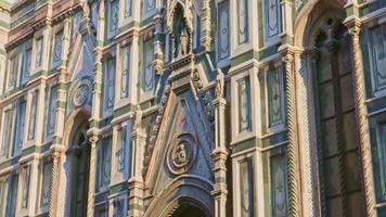 Acercamiento de la basílica de Santa María del Fiore en Florencia
