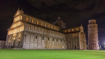 Italia noche iluminación frente de la famosa catedral de pisa y panorama de la plaza Duomo de la torre 4k lapso de tiempo