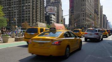 Estados Unidos nueva york día de verano edificio de hierro plano cruce de tráfico 4k