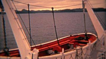 seattle, washington 1974: scialuppe di salvataggio al tramonto su una nave da crociera che attraversa l'Atlantico.
