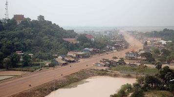 strada polverosa del villaggio principale che attraversa la piccola città