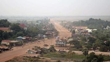 camino polvoriento del pueblo principal que atraviesa una pequeña ciudad