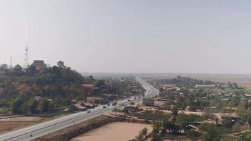 carretera principal que atraviesa una pequeña ciudad.