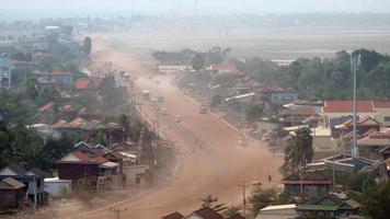 camino polvoriento del pueblo principal que atraviesa un pueblo pequeño (lapso de tiempo)