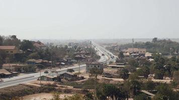 carretera principal que atraviesa una pequeña ciudad (lapso de tiempo)